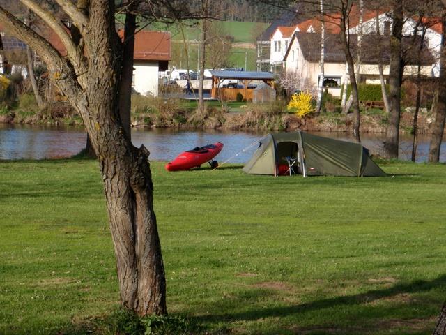 Kajak neben Zelt am Blaibacher Campingplatz