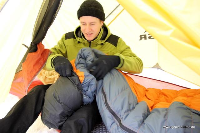 Schlafsack in den Packbeutel stopfen