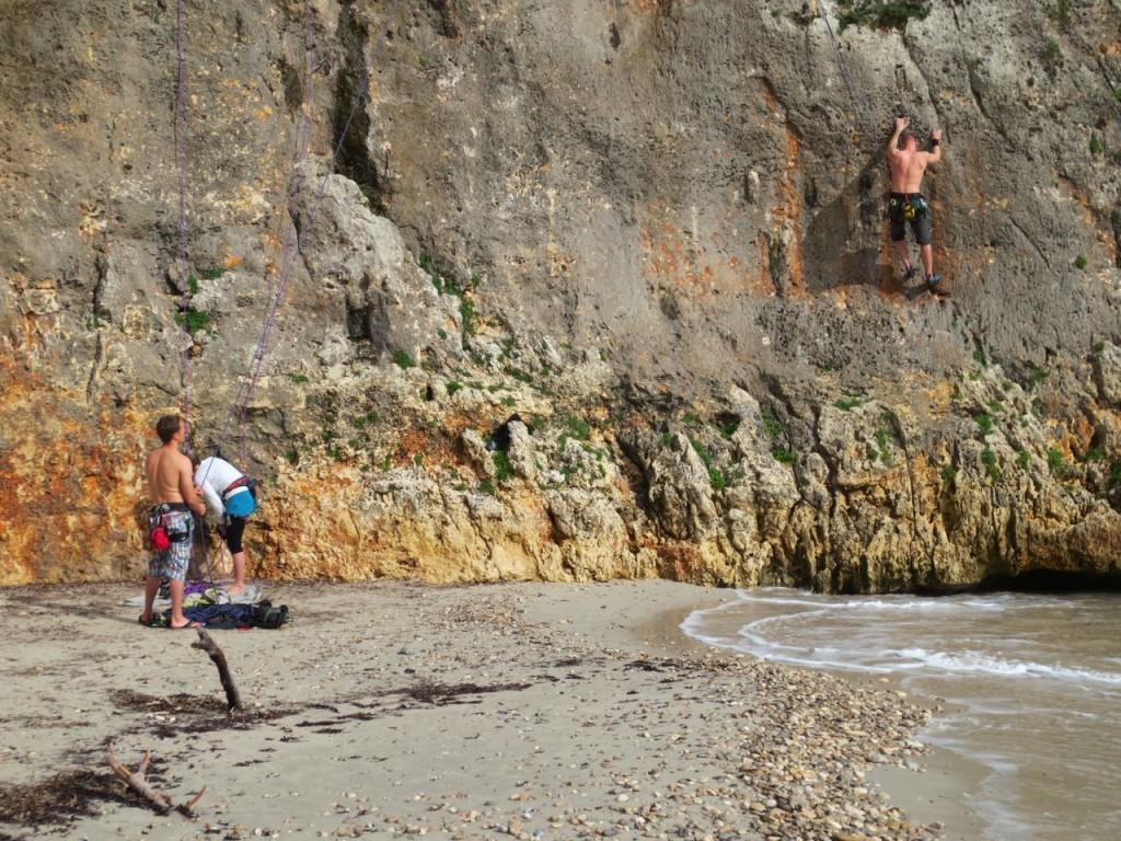 Einige Kletterrouten starten direkt über dem Wasser