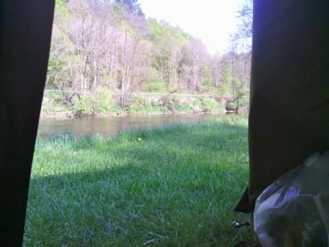 Frühmorgens - Blick aus dem Zelt direkt auf die Naab.