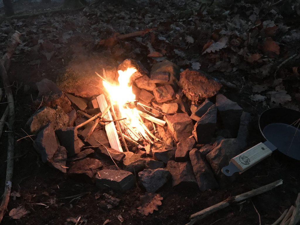 Gemütliches Feuer für den Abend