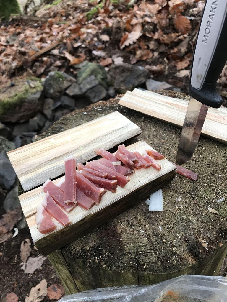 Morakniv schneidet Speck für die Kartoffelpfanne
