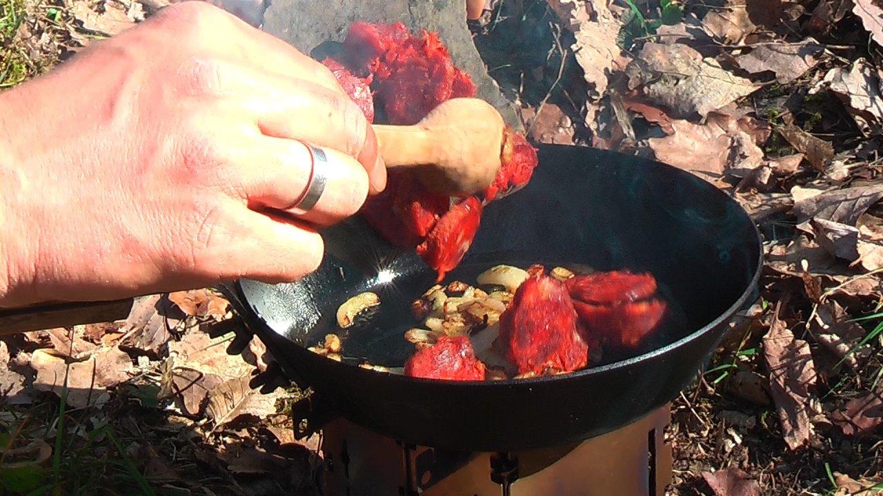 Bohnenpfanne Salami zugeben