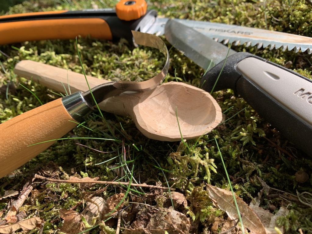 Holzlöffel mit Säge, Messer und Schälmesser