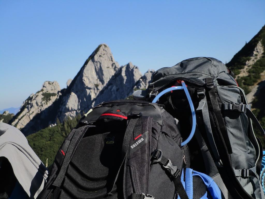 Rucksäcke vor Bergpanorama